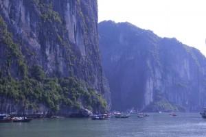 Fischerboote vor den Felswänden