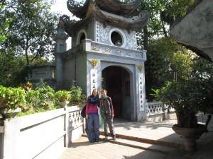 Ina und Mili am Ngoc Son Tempel
