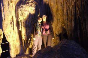 Ina und Mili vor den Tropfsteinen
