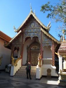 Ina vor einem Tempel am Doi Suthep