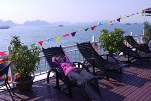 Mili entspannt auf Deck