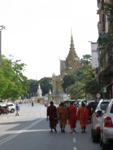 Mönche am Königspalast