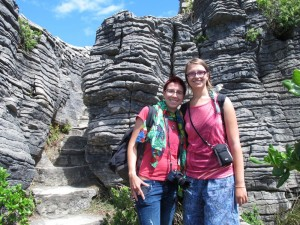 Ina und Mili an den Pancake Rocks