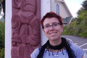Ina vor Maorischnitzereien